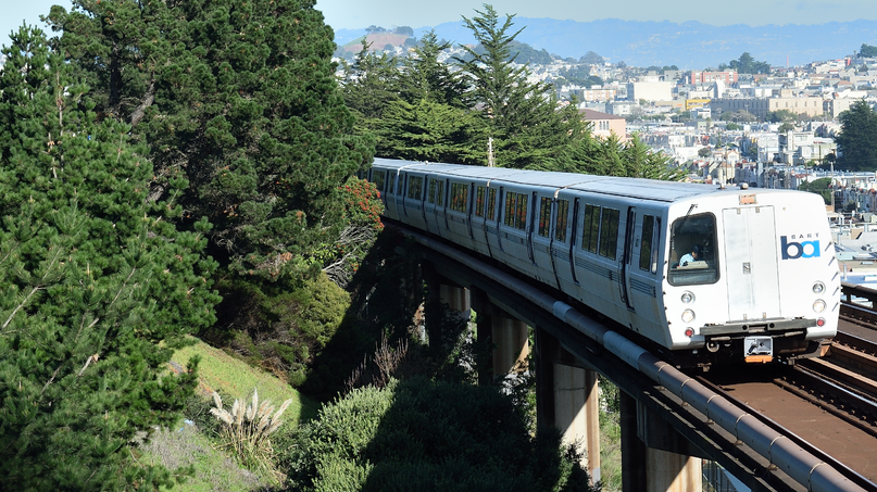 Southbound_BART_train_passes_Outer_Mission_in_San_Francisco_between_Balboa_Park_station_and_Daly_City_station